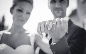 mariés qui présentent leur alliance