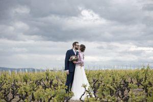 mariage Charline et Marc dans les vignes bisou