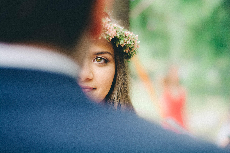 mariée qui regarde le marié