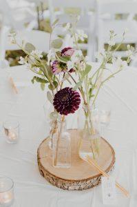 centre de table, fleurs et rondin de bois