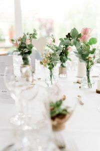 centre de table fleuris avec vases en verre